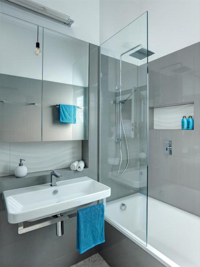 carrelage-gris-clair-baignoire-et-lavabo-blancs-paroi-de-douche-verre