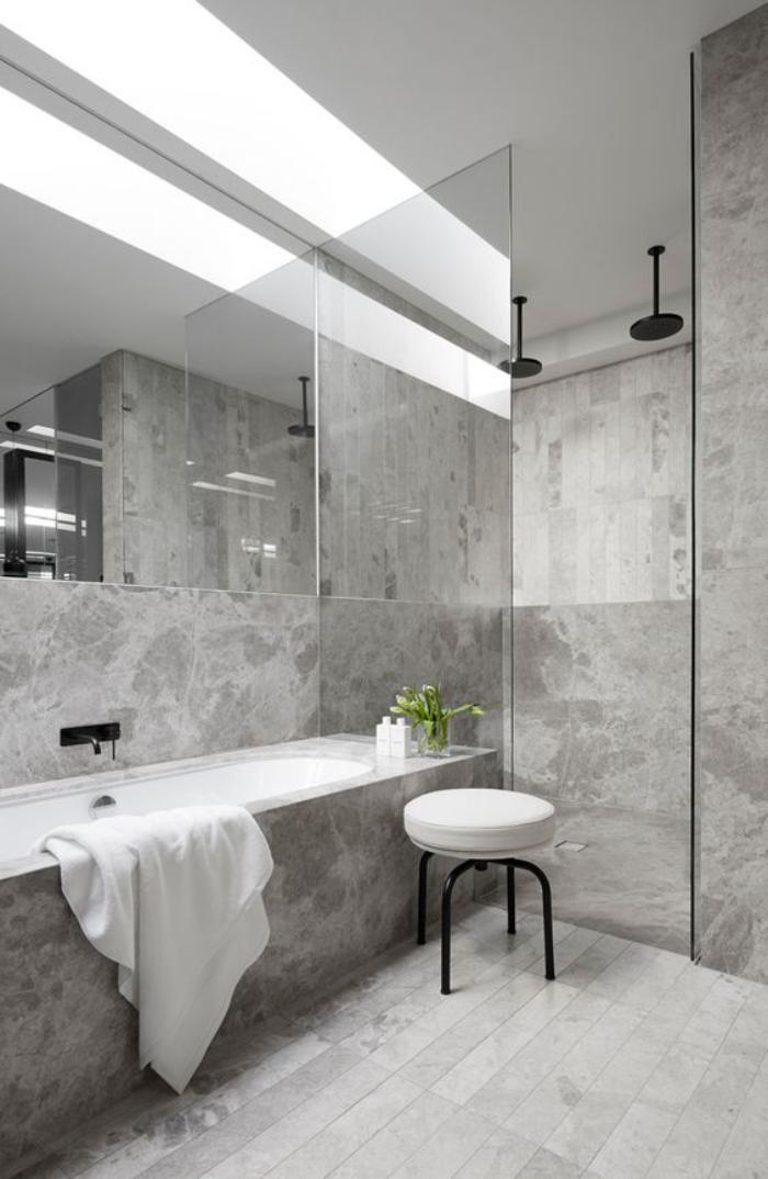 carrelage-gris-douche-a-litalienne-grande-baignoire-encastree