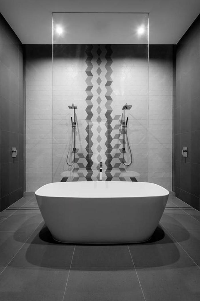 carrelage-gris-grande-baignoire-a-poser-sur-le-sol-gris