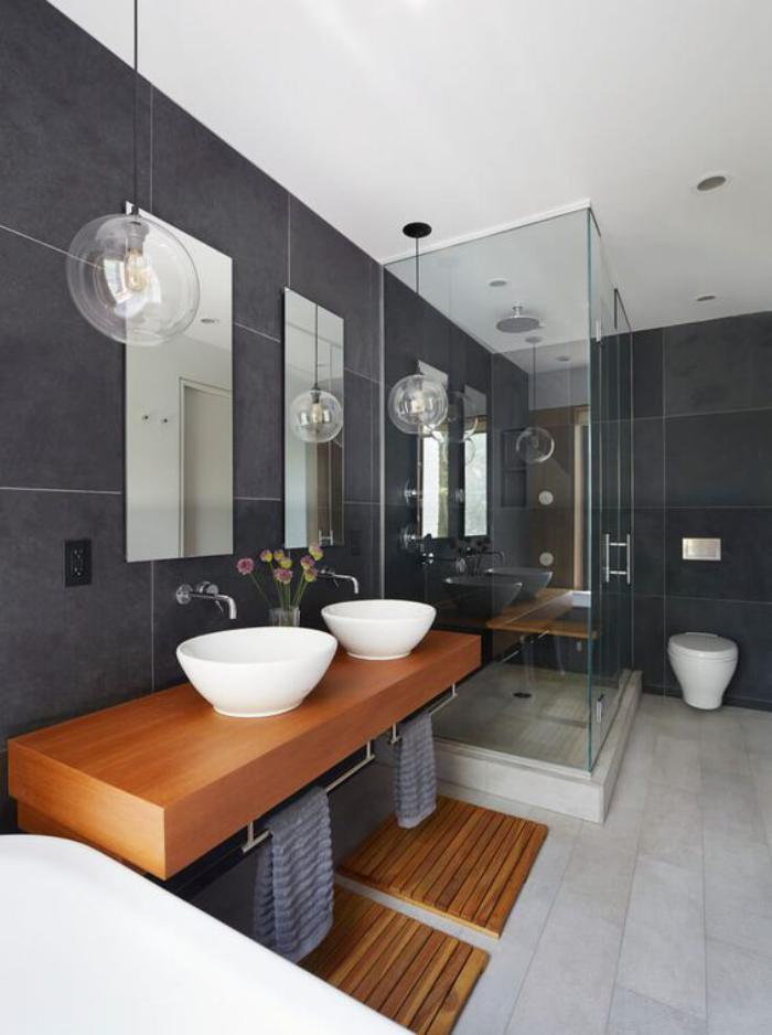 carrelage-gris-grande-salle-de-bain-de-luxe-avec-elements-en-bois