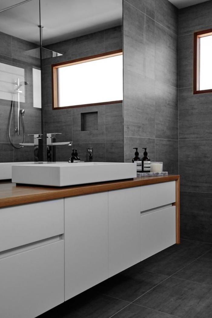 carrelage-gris-grande-tete-de-douche-rectangulaire-fenetre-et-lavabo-contemporain