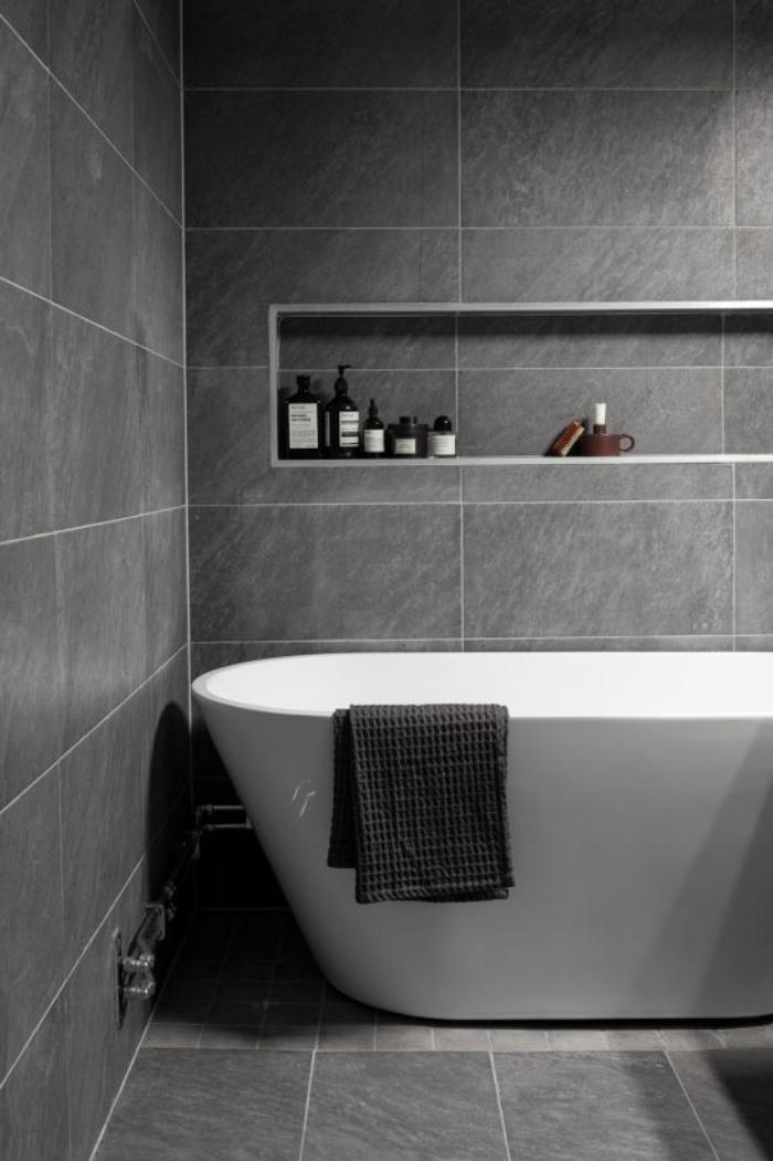 carrelage-gris-graphite-et-baignoire-blanche