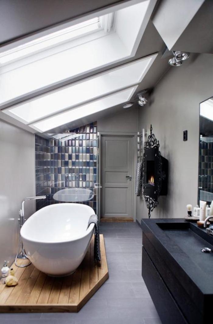 carrelage-gris-salle-de-bain-attique-et-puits-de-lumiere
