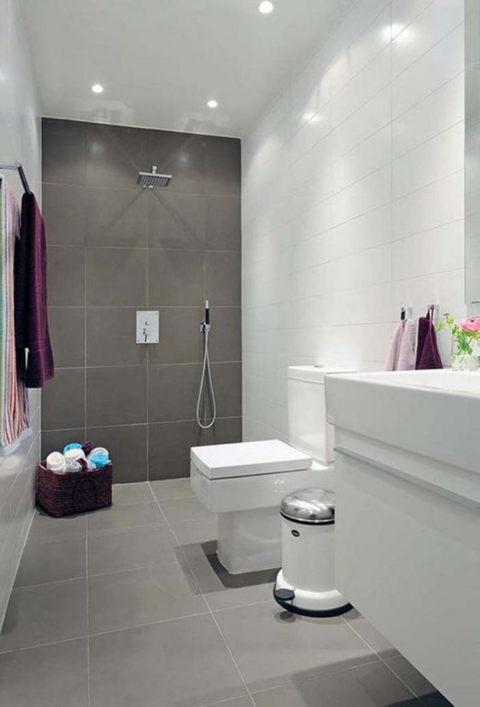 carrelage-gris-salle-de-bain-aux-lignes-droites-en-gris-et-blanc