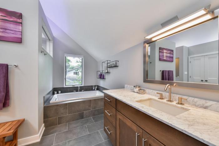 carrelage-gris-salle-de-bain-style-zen-avec-grand-miroir-mural-et-deux-lampes