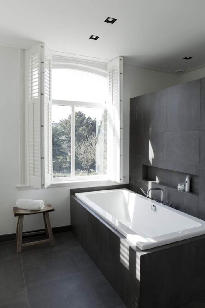 carrelage-gris-salle-de-bain-toute-simple-grande-fenetre-et-baignoire