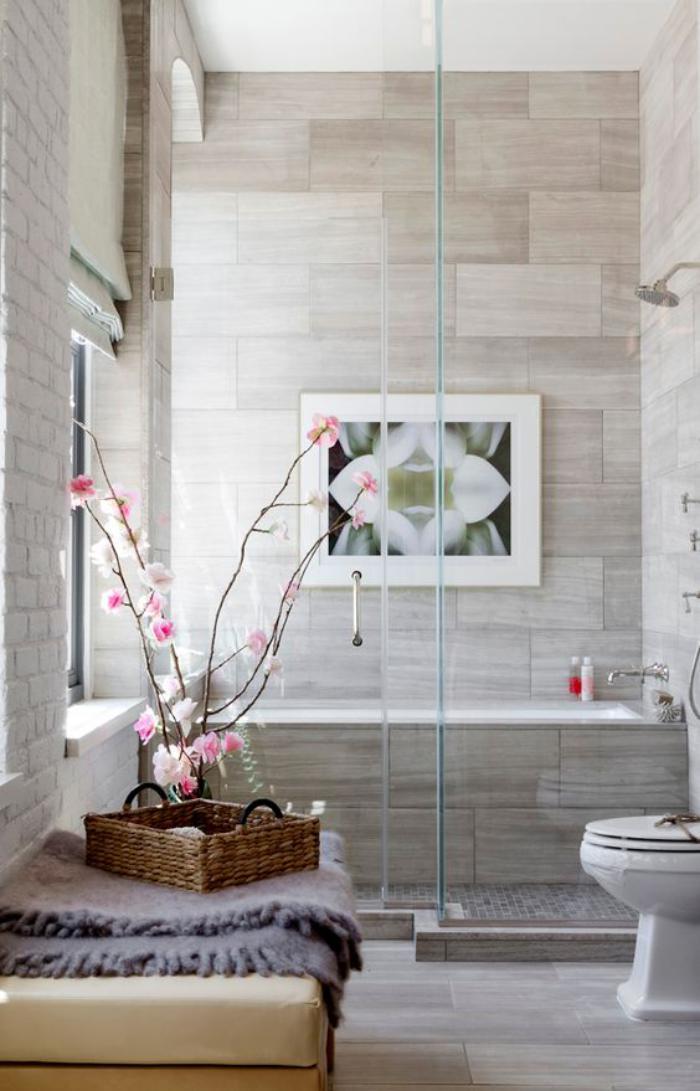 carrelage-gris-super-beau-decoration-avec-une-branche-fleurie
