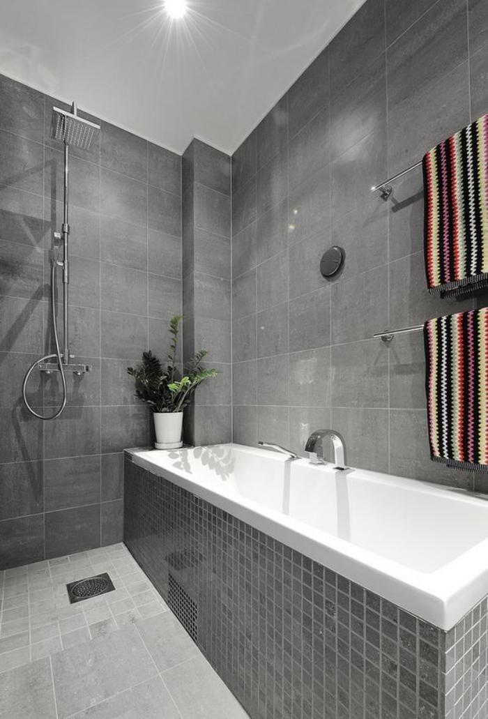 carrelage-gris-trois-types-de-revetement-gris-et-une-grande-baignoire