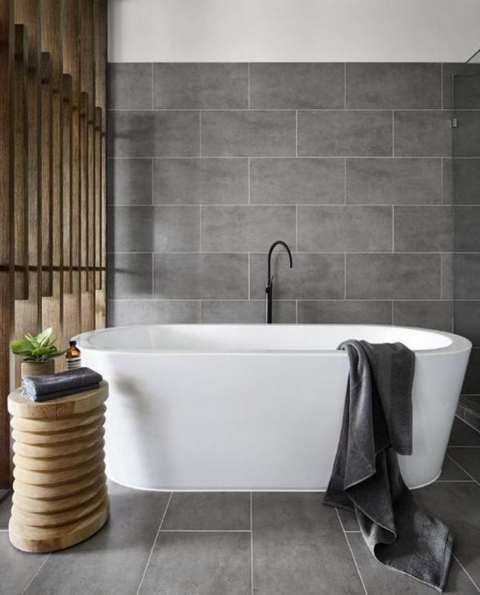 carrelage-gris-une-salle-de-bain-en-gris-et-bois-grande-baignoire-a-poser