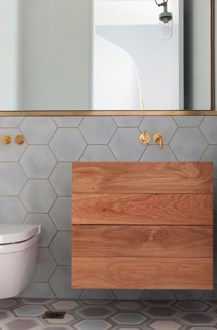 carrelage-gris-vasque-originale-grand-miroir-cadre-cuivre