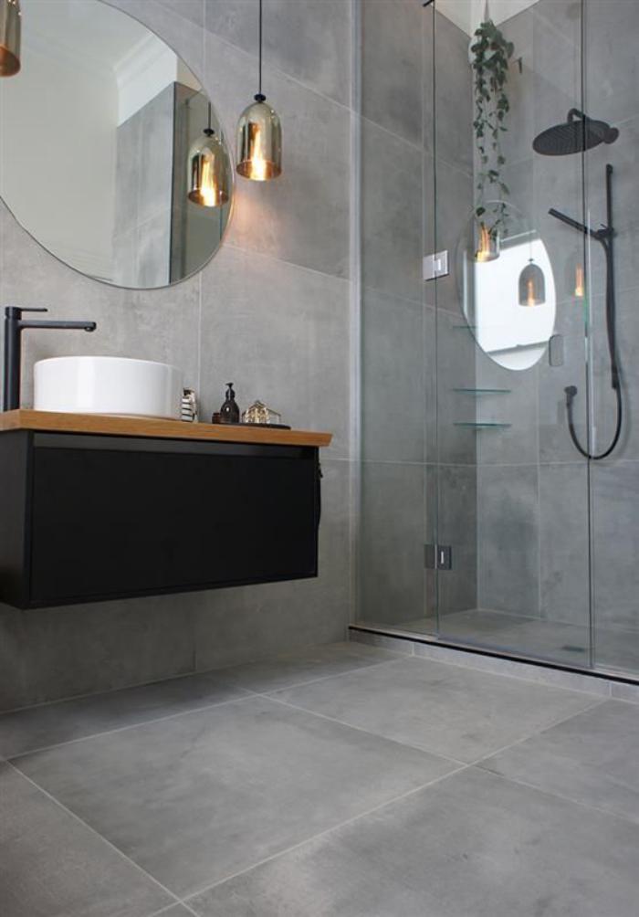 carrelage-gris-vasque-ronde-et-robinet-noir-miroir-rond