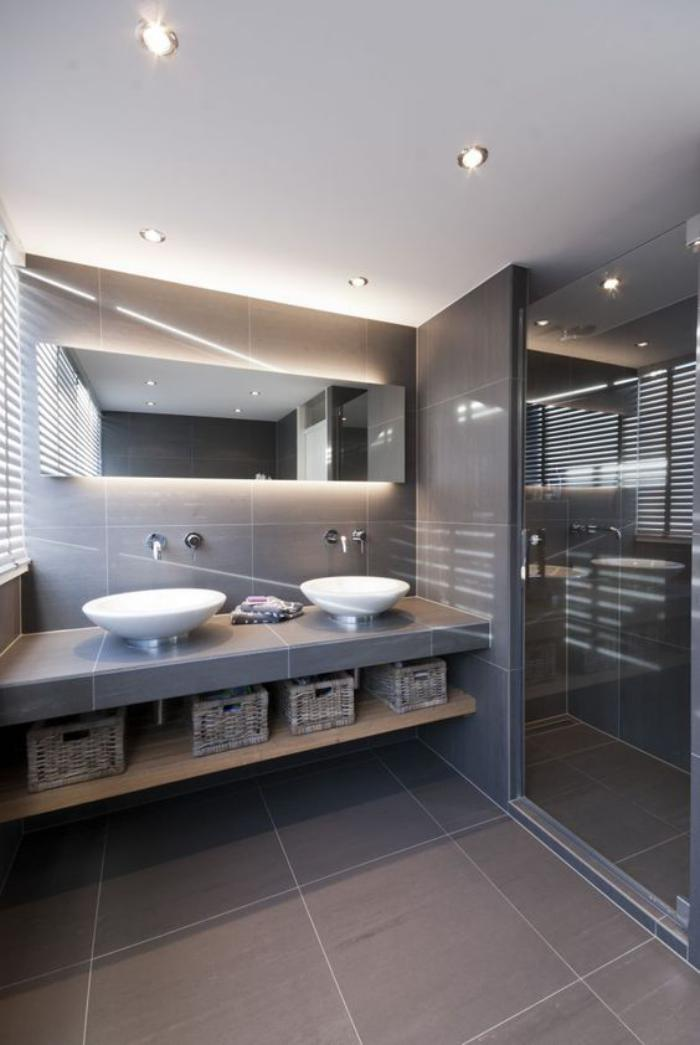 59 salles de bain chic qui vous montrent le beaut du for Carrelage grand format gris