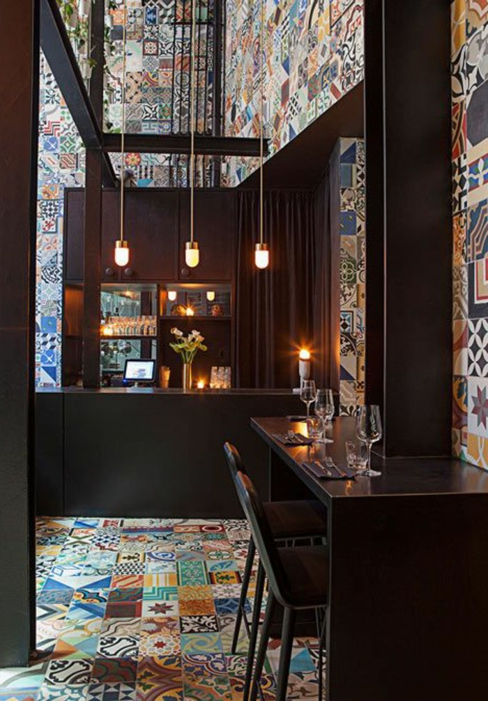 carrelage-patchwork-interieur-de-bar-bois-et-carreaux-de-ciment