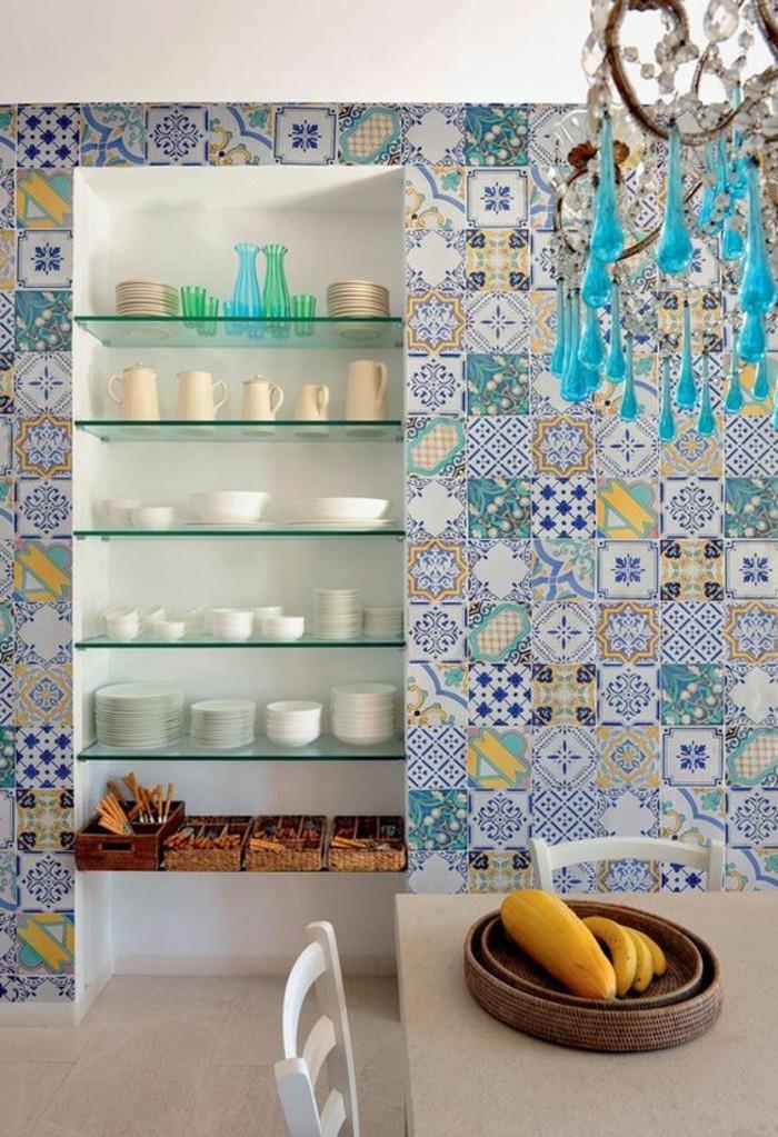 carrelage-patchwork-rangement-dustensiles-et-carreaux-en-gris-et-bleu