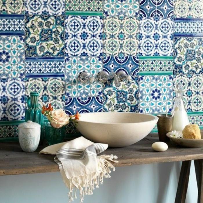 carrelage-patchwork-vasque-a-poser-blanche-et-carreaux-motifs-bleus