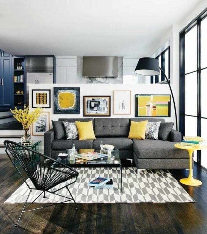 charmante-deco-salon-moderne-tapis-gris-et-blanc-canape-gris-fonce-petites-touches-jaunes