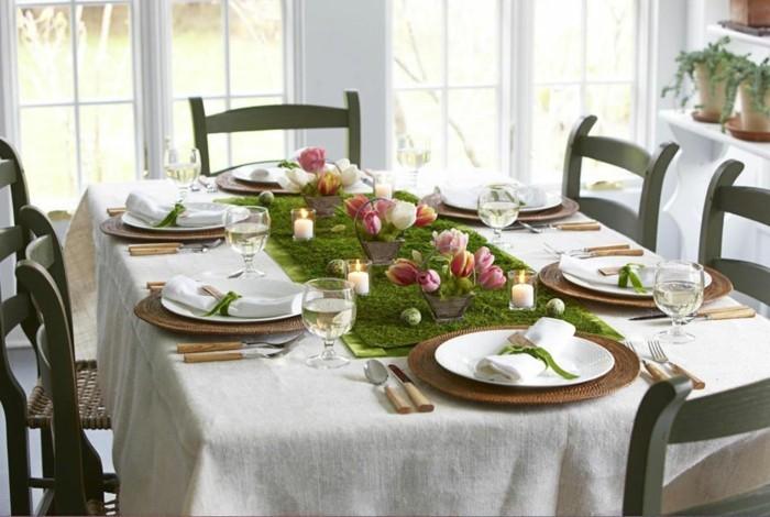 charmante-suggestion-de-table-de-paques-tres-jolie-un-centre-de-table-magnifique-petits-paniers-fleuris-couverts-discret