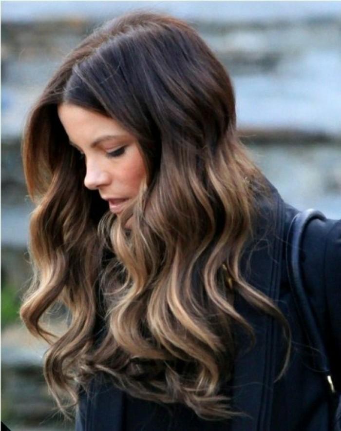 cheveux-boucles-ondules-femme-aux-cheveux-chatain-marron-coloration-chocolat