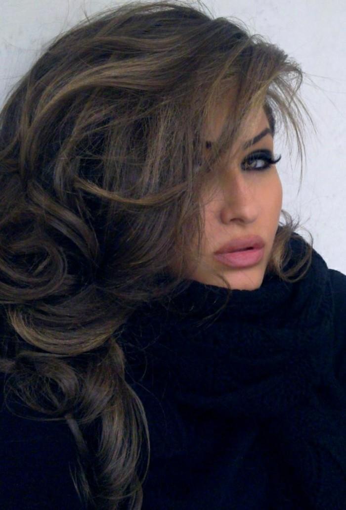 cheveux-librement-tombant-femme-aux-cheveux-chatain-levres-roses-yeux-marrons