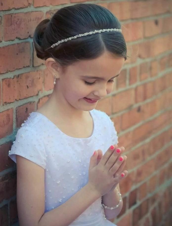 chignon-petite-fille-avec-joli-accessoire-coiffure-communion-magnifique