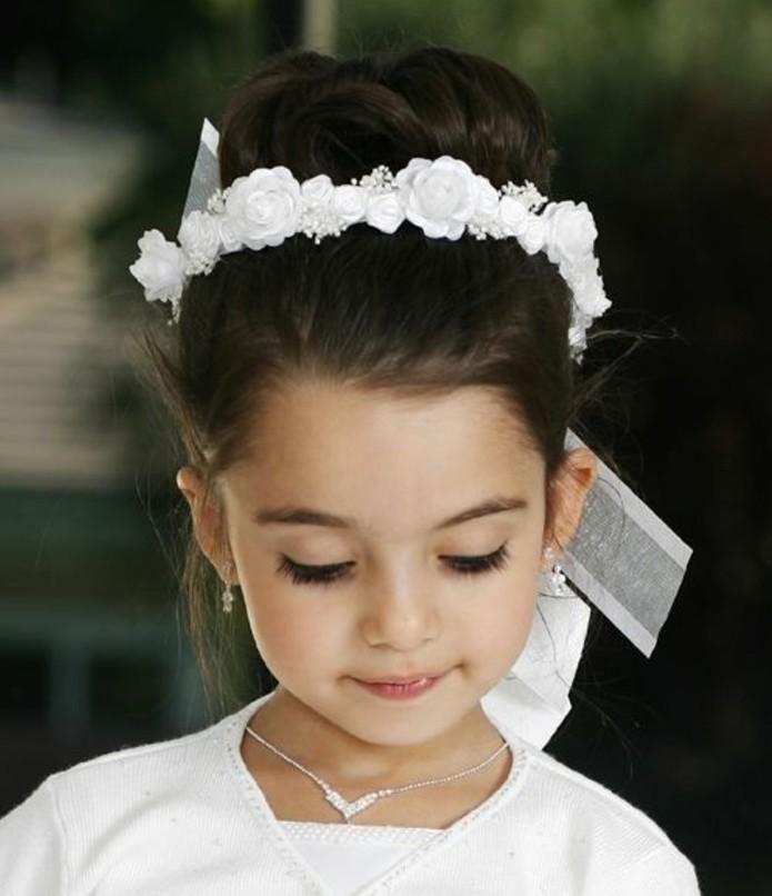 chignon-petite-fille-jolie-suggestion-pour-la-premiere-communion-de-votre-fille-superbe-couronne-de-fleurs-blanches