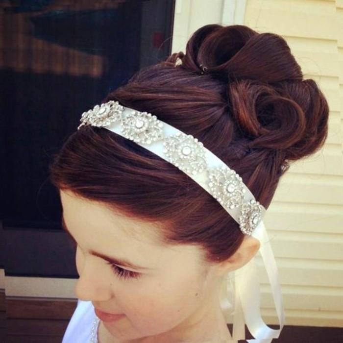 chignon-petite-fille-tres-creatif-coiffure-tres-originale-pour-la-premiere-communion-de-votre-fille
