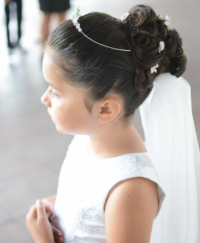 chigon-petite-fille-tres-originale-modele-de-coiffure-pour-communion-interessant-avec-voile