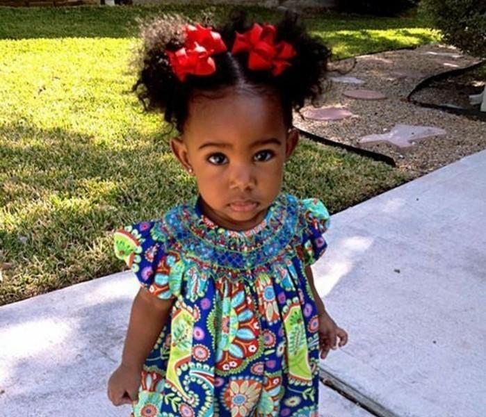 coiffure-bebe-fille-afro-mignonne-deux-queues-de-cheval