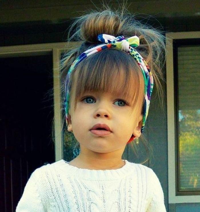 coiffure-bebe-fille-aux-cheveux-denses-petit-chignon-avec-bandeau-de-tete
