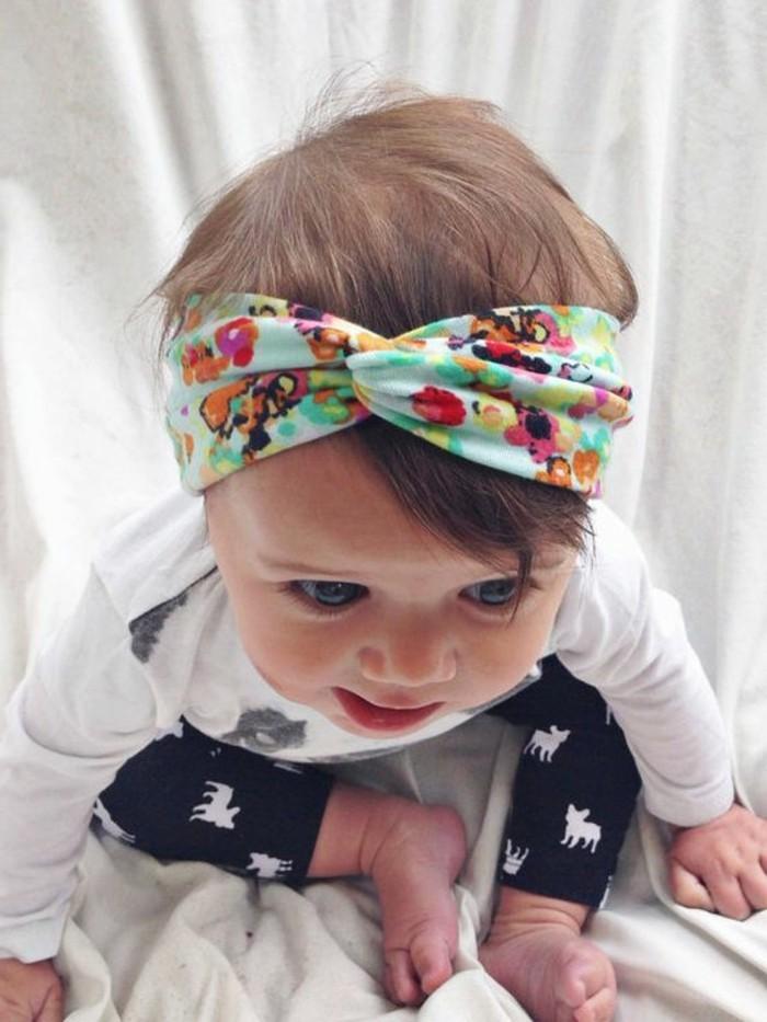 coiffure-bebe-fille-avec-bandeau-de-tete-multicolore-idee-mignonne