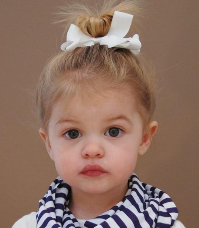 coiffure-bebe-fille-avec-un-chognon-bebe-elegant