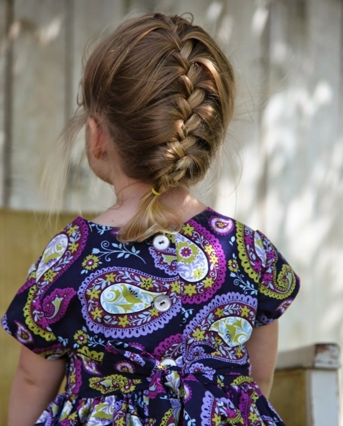 coiffure-bebe-fille-avec-une-jolie-tresse-francaise-suggestion-geniale-pour-la-coiffure-bapteme