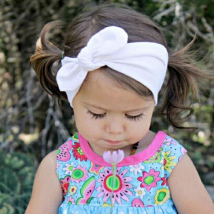 coiffure-bebe-fille-bandeau-de-tete-et-deux-queue-de-cheval