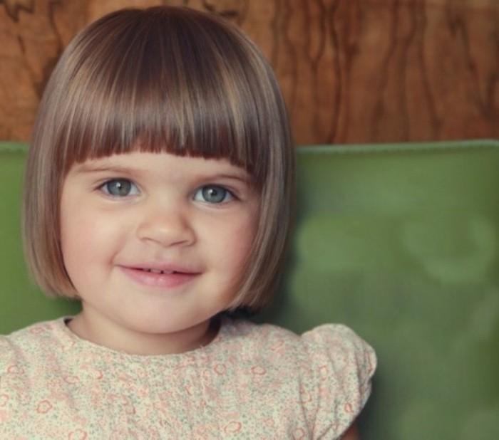 coiffure-bebe-fille-carre-idee-jolie-pour-petite-demoiselle-charmante