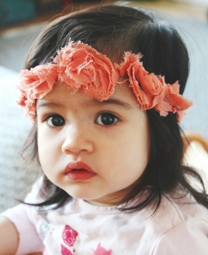 coiffure-bebe-fille-charmante-pour-votre-petite-fille-bandeau-de-tete-avec-des-fleurs-comme-elements-decoratifs