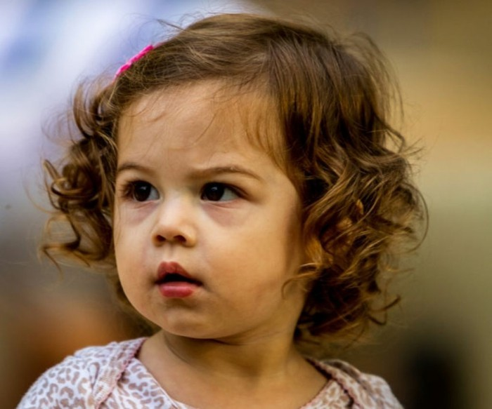 coiffure-bebe-fille-magnifique-cheveux-fins-legerement-ondules