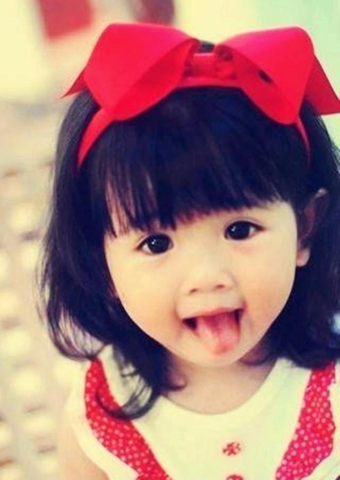 coiffure-bebe-fille-mignonne-suggestion-pour-les-bebes-aux-cheveux-denses