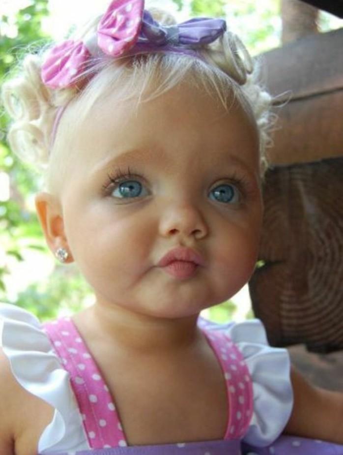 coiffure-bapteme-pour-une-bebe-fille-jolies-boucles-pour-un-petit-ange