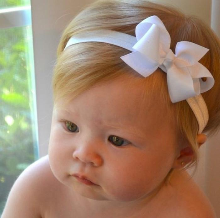 coiffure-bapteme-simple-bandeau-de-tete-blanc-avec-noeud-bebe-mignon