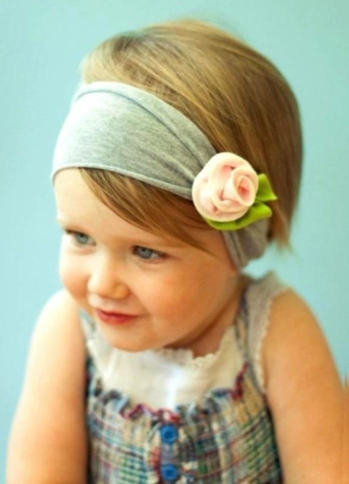 coiffure-bebe-avec-un-bandeau-suggestion-tres-sympa-pour-votre-petite-fille