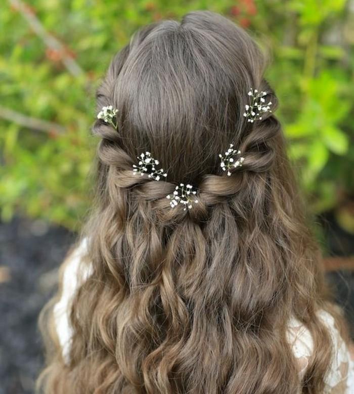 coiffure-communion-tres-facile-cheveux-laches-avec-petites-fleurs-tres-douces
