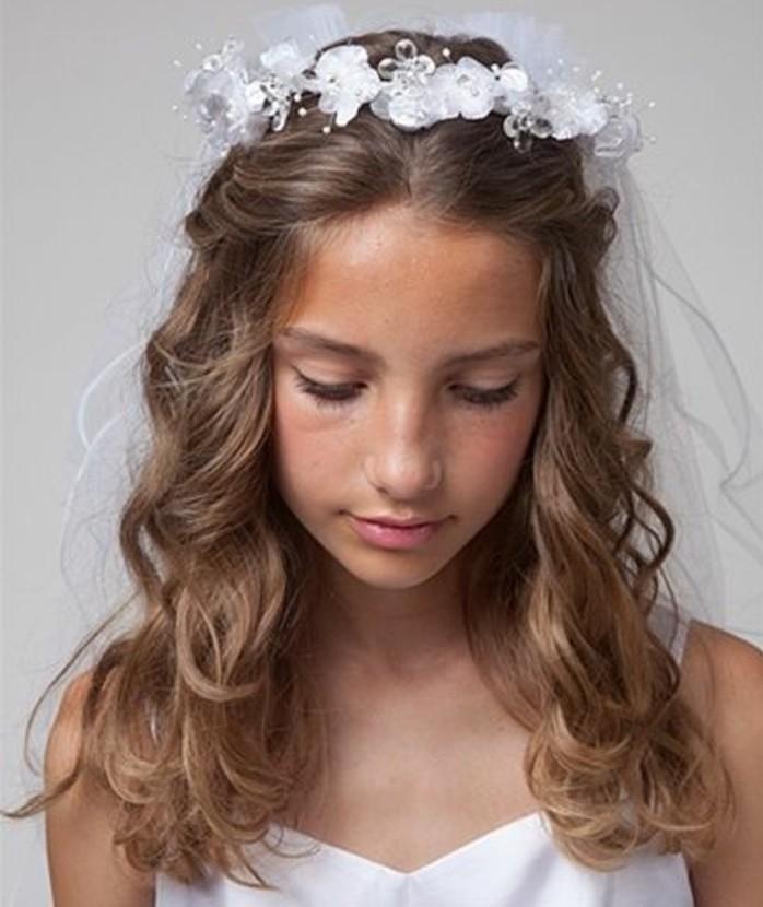 coiffure-communion-tres-jolie-cheveux-legerement-ondules-et-couronne-de-jolies-fleurs-blanches