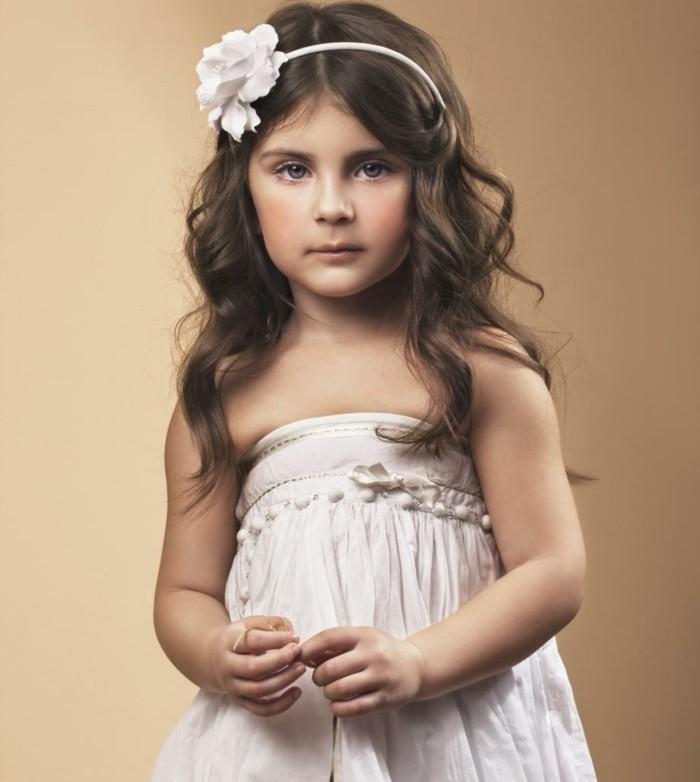 coiffure-communion-tres-simple-cheveux-laches-et-accessoire-cheveux-avec-une-fleur-blanche
