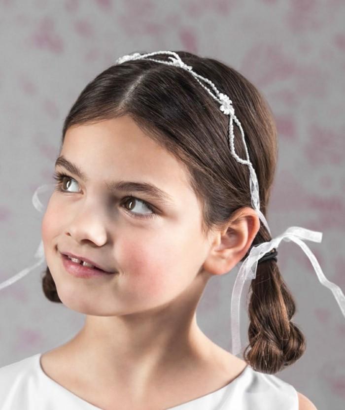 coiffure-communion-tres-simple-et-originale-coiffure-natte-et-joli-accessoire-cheveux-blanc