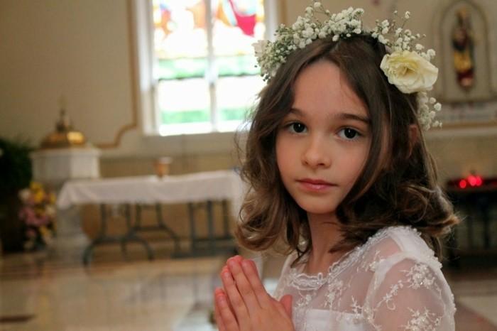 coiffure-communion-tres-simple-et-rapide-avec-une-couronne-de-fleurs-fraiches