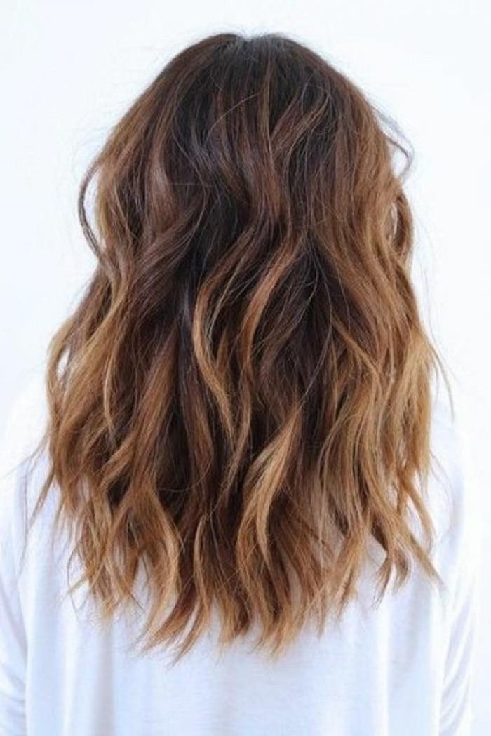 coiffure-couleur-marron-glace-avec-balayage-blond-coupe-de-cheveux-courte