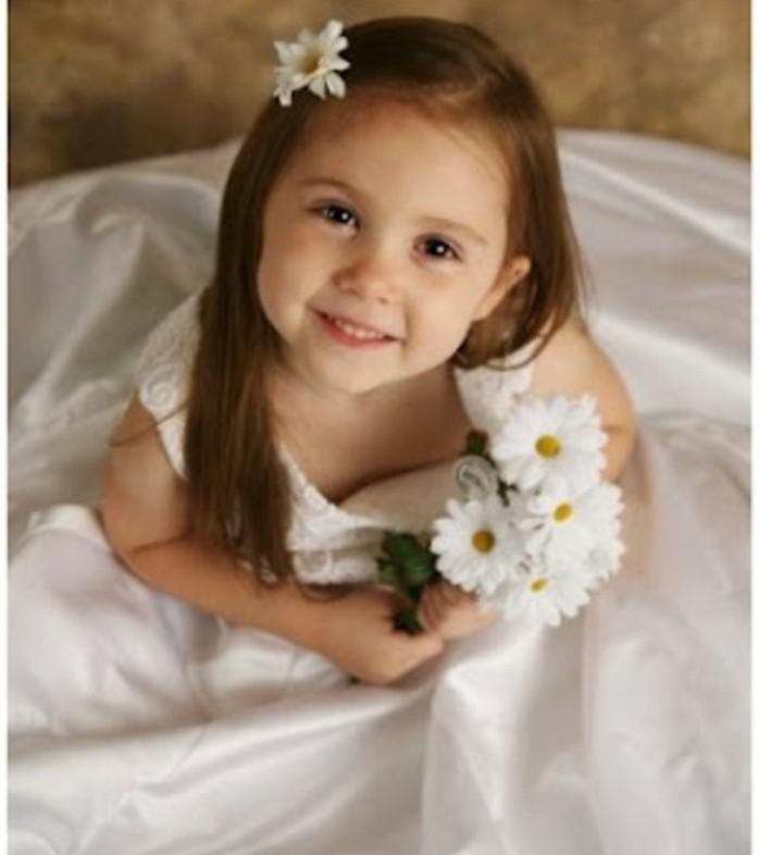 coiffure-demoiselle-d-honneur-charmante-avec-une-fleur-decorative