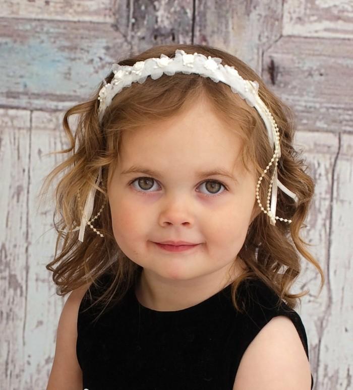 coiffure-demoiselle-d-honneur-formidable-suggestion-coiffure-petite-fille-mariage-cheveux-boucles-joli-accessoire