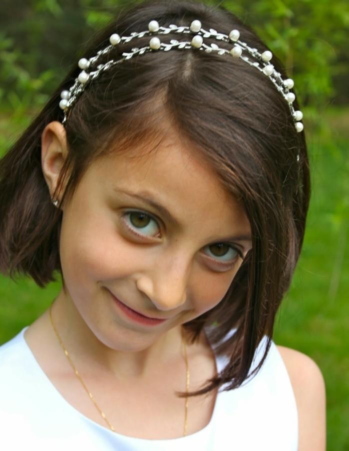 coiffure-petite-fille-cheveux-court-modele-de-coiffure-communion-tres-simple-avec-un-accessoire-magnifique