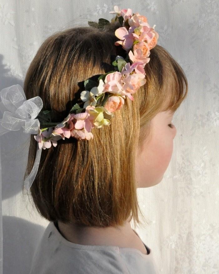 coiffure-petite-fille-cheveux-court-super-idee-de-coiffure-communion-avec-une-couronne-de-fleurs-fraiches